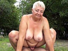 Mamá gordita al aire libre follada por su muchacho joven