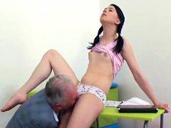 Linda colegiala es seducida y clavada por un profesor mayor