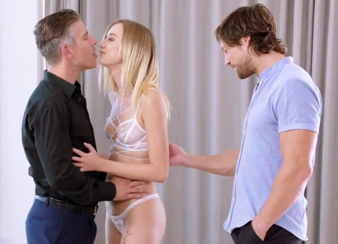 Orgias Con Rubias confiesa al novio la fantasía de estar con dos hombres