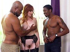 La puta anal Lauren Phillips seduce a dos tipos negros para que le golpeen los agujeros