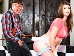 Joven linda Remy Rayne le enseña a su viejo vecino cómo ser un papá de azúcar