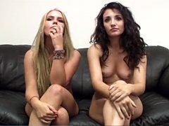 La desvergonzada alumna Robyn en la posición 69 con su tímida mejor amiga Tonya
