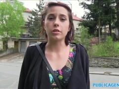 Lindas chicas amateur folla en público